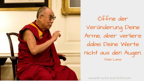 Dalai Lama referiert auf einem Stuhl ueber Werte und Ethik, Folge deinem Ruf