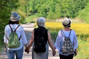drei wandernde Frauen